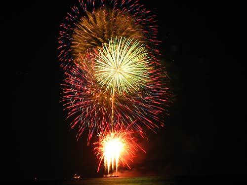 New Year's fireworks off Waikiki Beach, Hawaii - January 1, 2008 (www.photolulu.com)